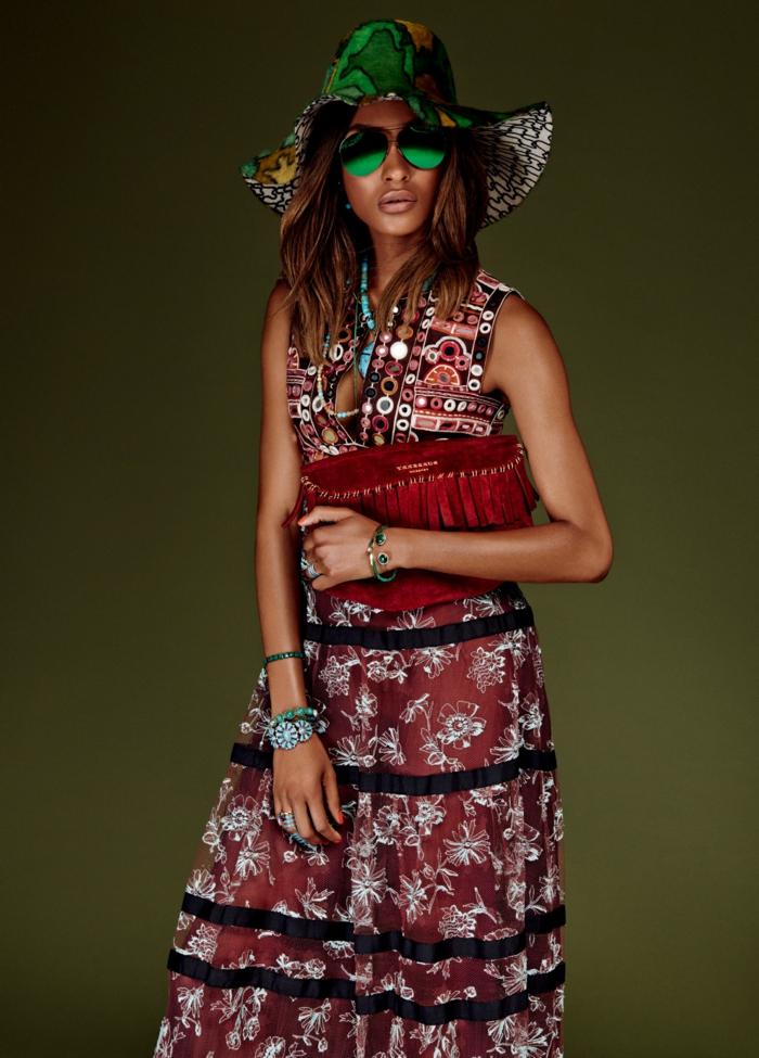 vestido boho de diseño moderno, vestido largo en rojo con dibujos de flores en blanco, motivos étnicos y sombrero moderno
