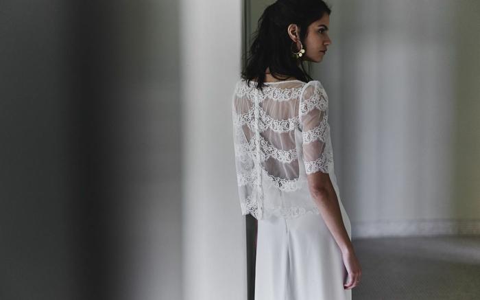 diseño de vestido original en estilo flamenca, vestidos de novias sencillos en blanco, espalda descubierta de encaje