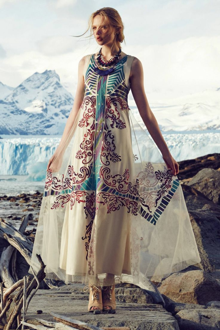 largo vestido en blanco con ornamentos etnicos en marron y azul, vestidos hippies bonitos últimas tendencias