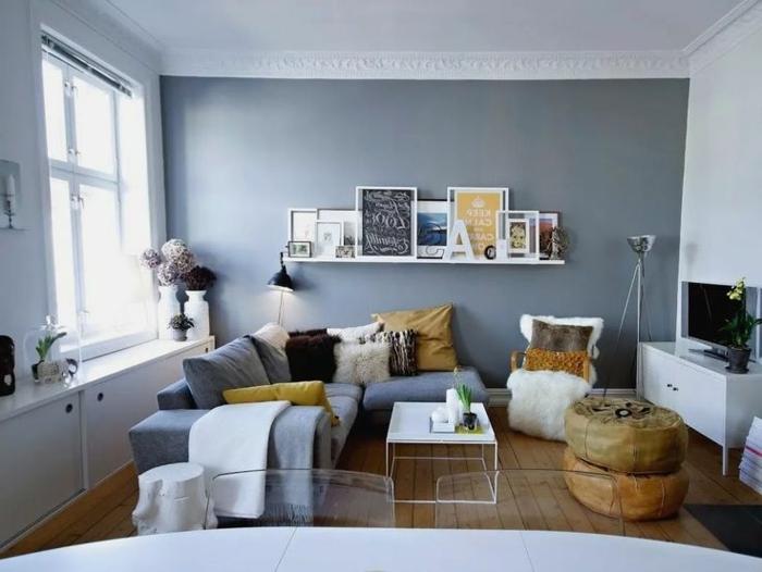 decoración de encanto de un salón con paredes grises en estilo nórdico, salón comedor moderno y muchos objetos decorativos