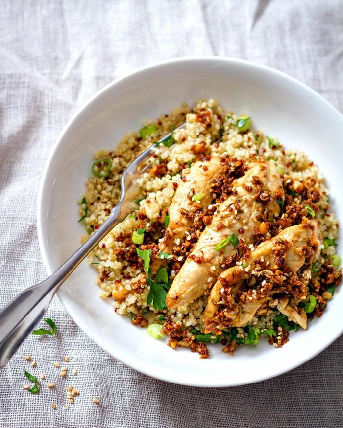 plato saludable y sabroso con fajitas de pollo, recetas con quinoa y verduras, quinoa blanca, pollo y perejil