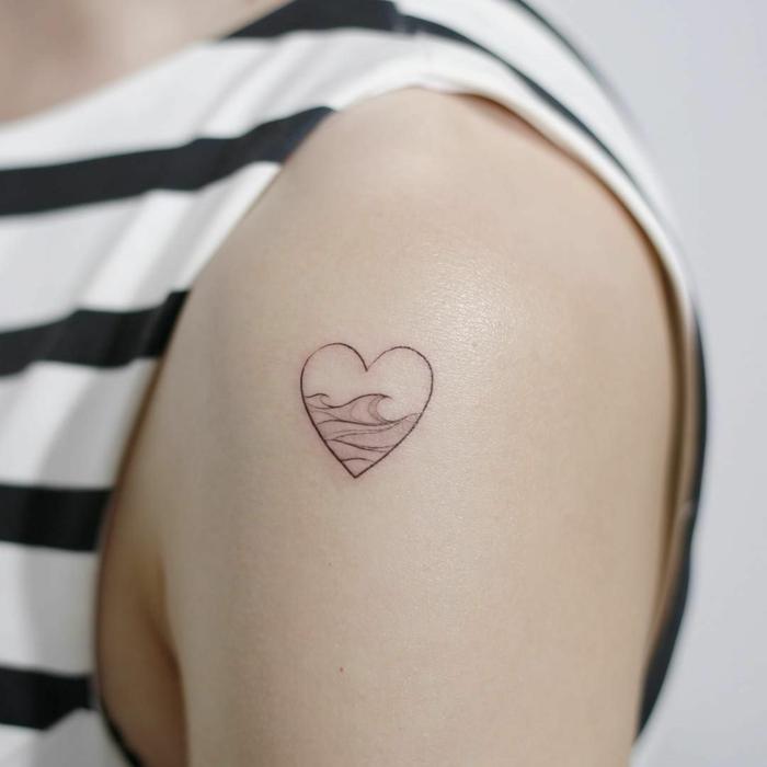 preciosos diseños de tatuajes minimalistas, tatuajes para mujeres pequeños, dibujo de corazón con ondas de mar dentro