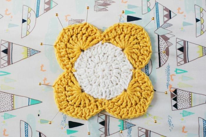 flor con cuatro pétalos hecho a crochet de hilo en blanco y amarillo, propuestas sobre como decorar botes de cristal