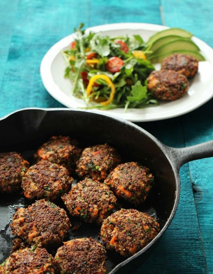 censa ricas y fáciles de hacer, ejemplos de recetas de quinoa, albondigas de salmón y quinoa con ensalada verde