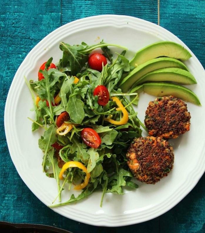 como comer quinoa ideas de recetas ricas y originales, albóndigas de salmón y quinoa adornados de ensalada verde