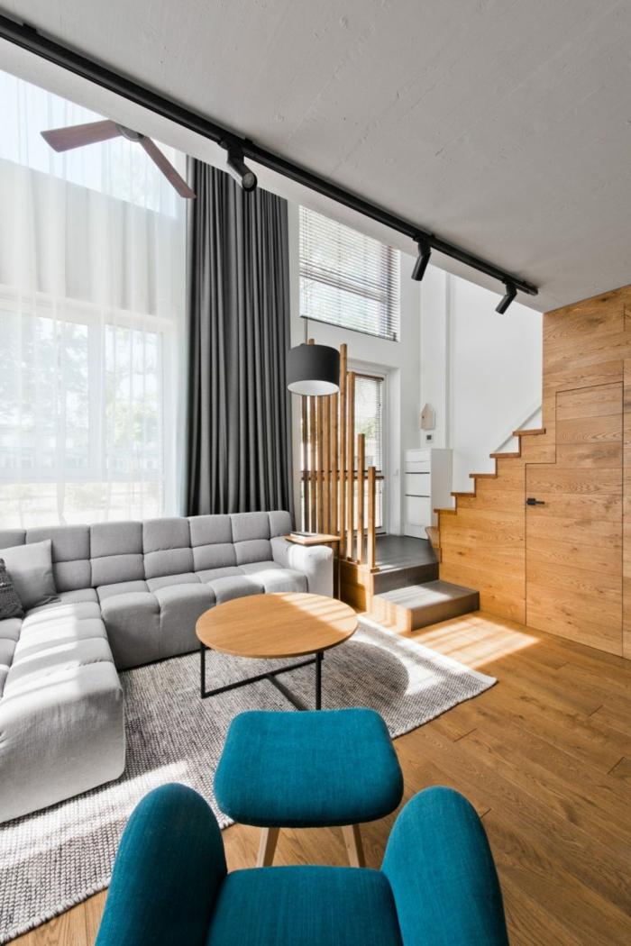 bonito diseño en estilo moderno, habitación con techo alto y largas cortinas en gris, salón gris y blanco con sofá moderno