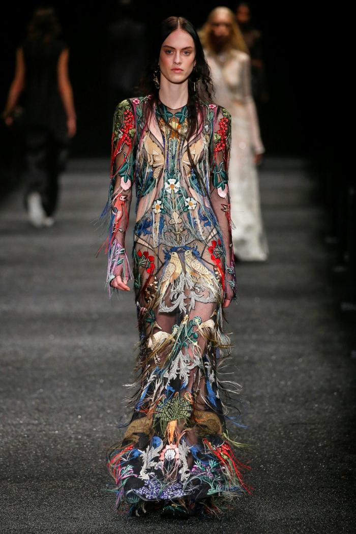 últimas tendencias en los vestidos boho chic, vestidos hippies de diseño original, largo vestido colorido de tela transparente y bordados