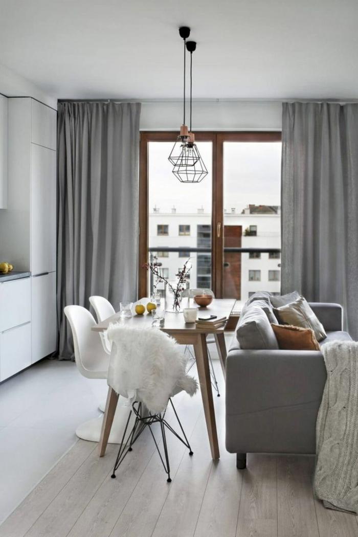 ideas decoracion de salones, pequeño espacio decorado con estilo, salon comedor con sillas blancas sofá y cortinas en gris