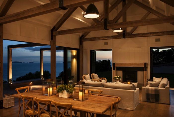 bonito ambiente iluminado decorado en estilo clásico, techo con vigas de madera, decoracion de salones abiertos