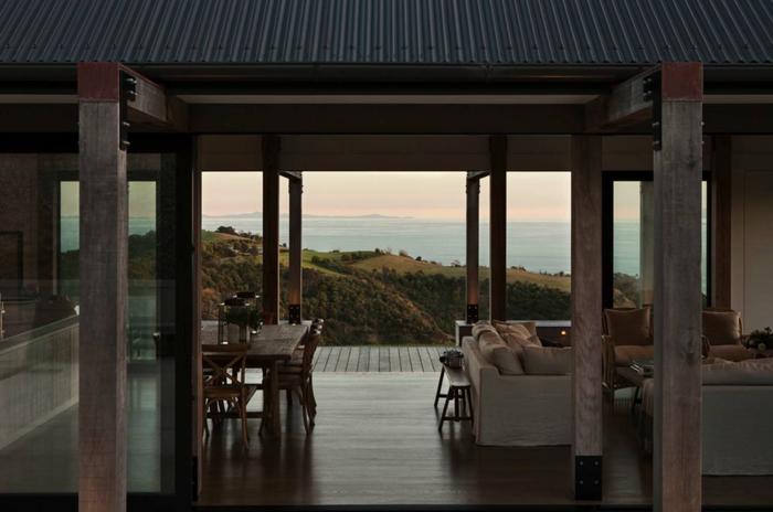 salon comedor decorado en colores terrestres con bonita vista a la montaña, decoracion de salones modernos
