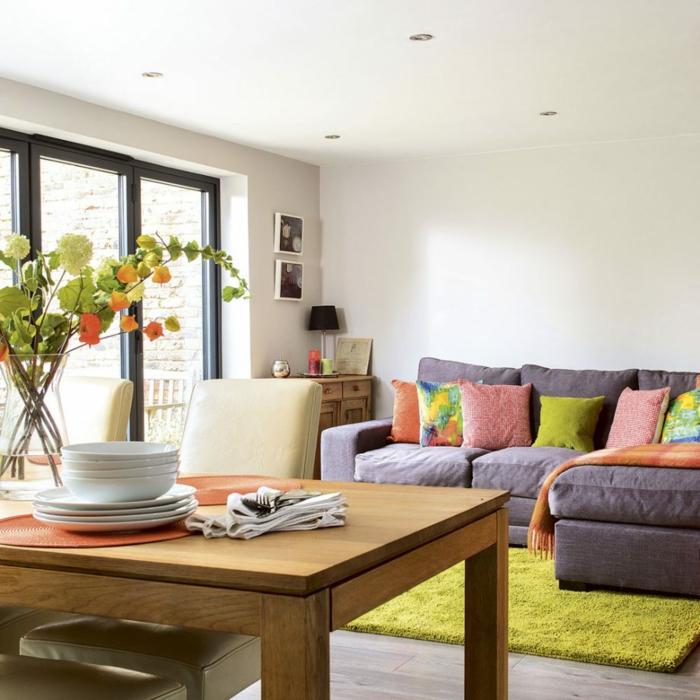 salon pequeño decorado en colores pastel, techo con luces empotrados, decoracion de salones abiertos al comedor