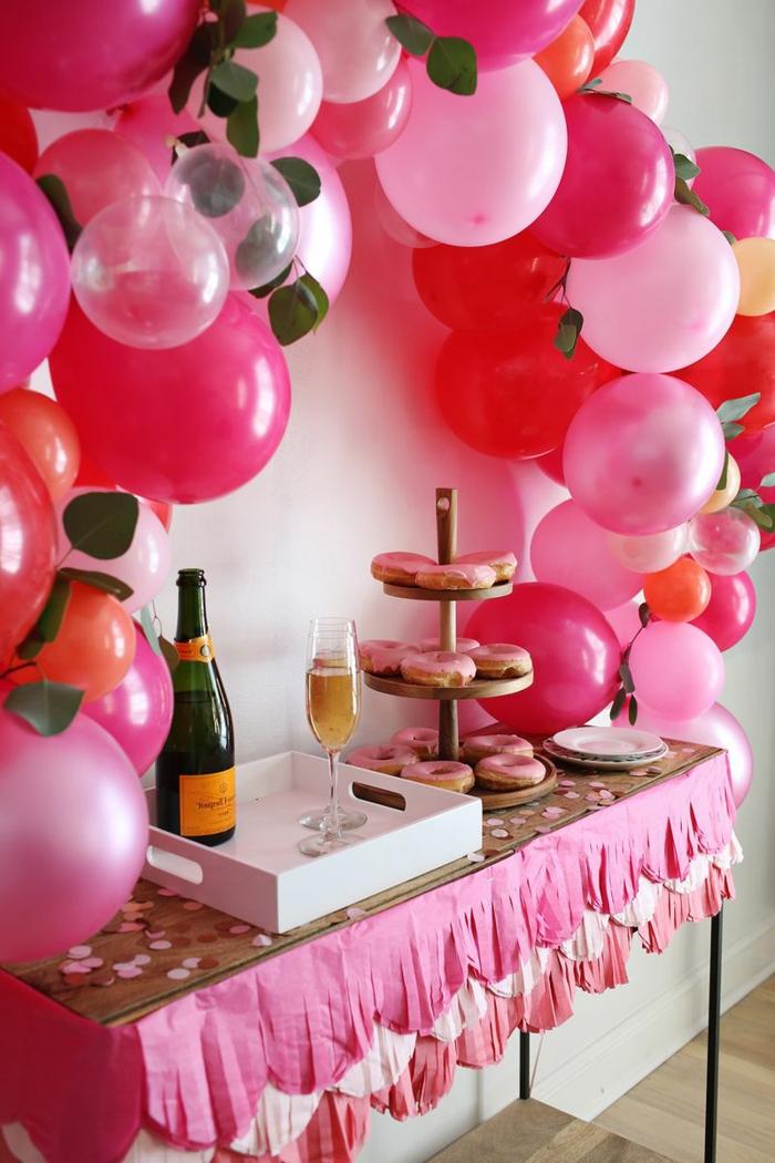 bonita decoracion con globos, arco de globos y mesa con pasteles y bebidas, preciosa decoración para una fiesta de cumpleaños