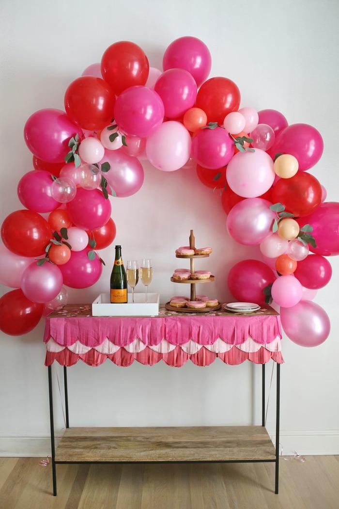 decoración de globos en rosado y rojo, arco de globos para decorar la casa en tu cumpleaños, decoración con globos DIY