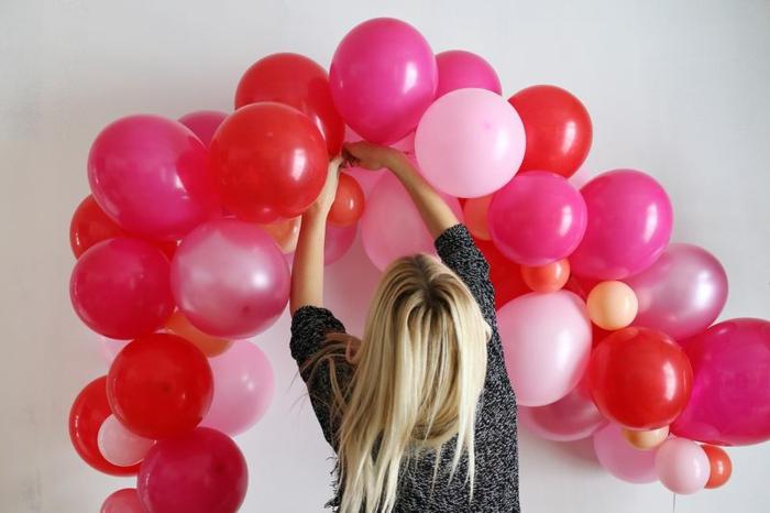 proyectos DIY decorativos, manualidades originales con balones, decoracion con globos en rojo y rosado