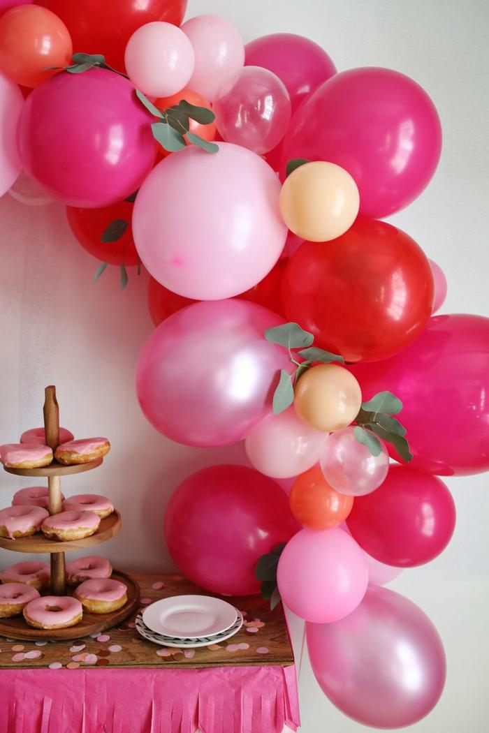 decoracion con globos para una fiesta de cumpleaños, globos de diferente tamaño y color, arco de globos DIY