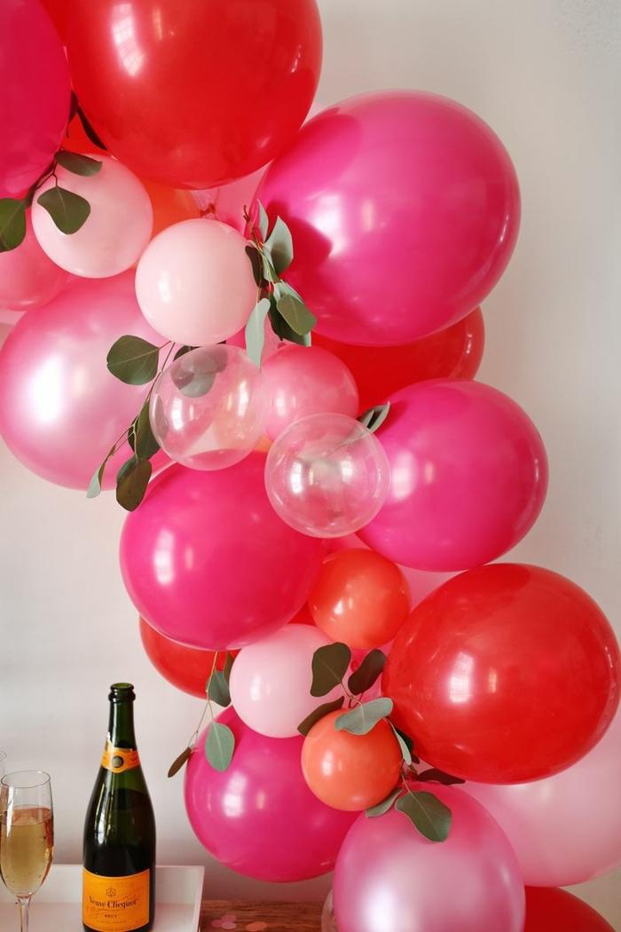 decoracion con globos de diferente tamaño y color, manualidades faciles de hacer, propuestas encantadoras para sorprender a tu pareja