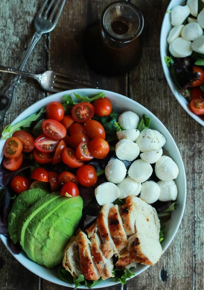 ensalada sana con aguacate y mozzarrela y pollo, recetas faciles y sanas paso a paso, almuerzo de encanto con pocas calorias