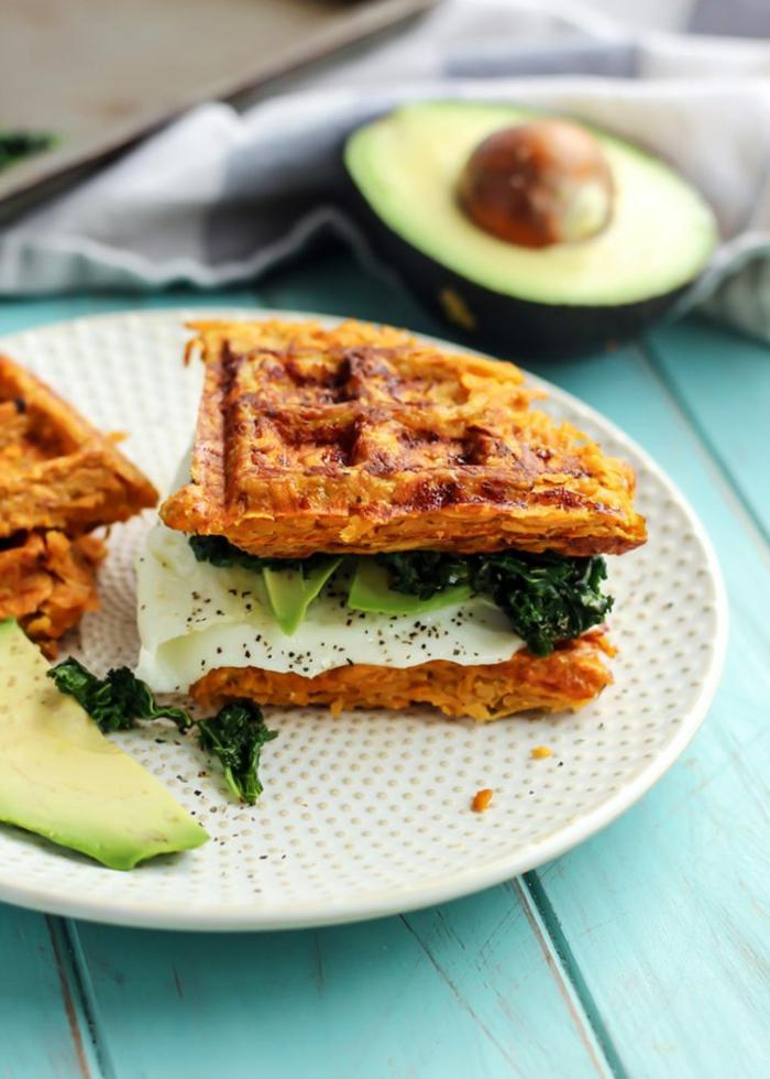 gofres saludables hechos de batatas, recetas fáciles y sanas paso a paso, relleno de huevos fritos, espinaca y aguacate
