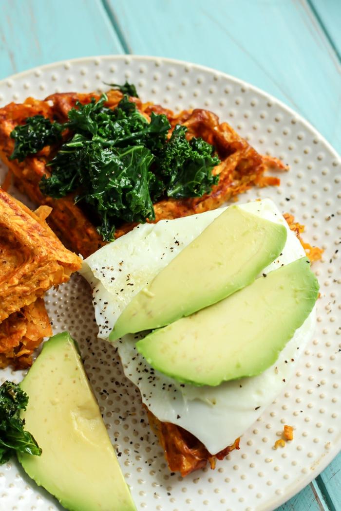 recetas saludables paso a paso, gofres de patatas dulces con aguacate, huevo frito y espinacas