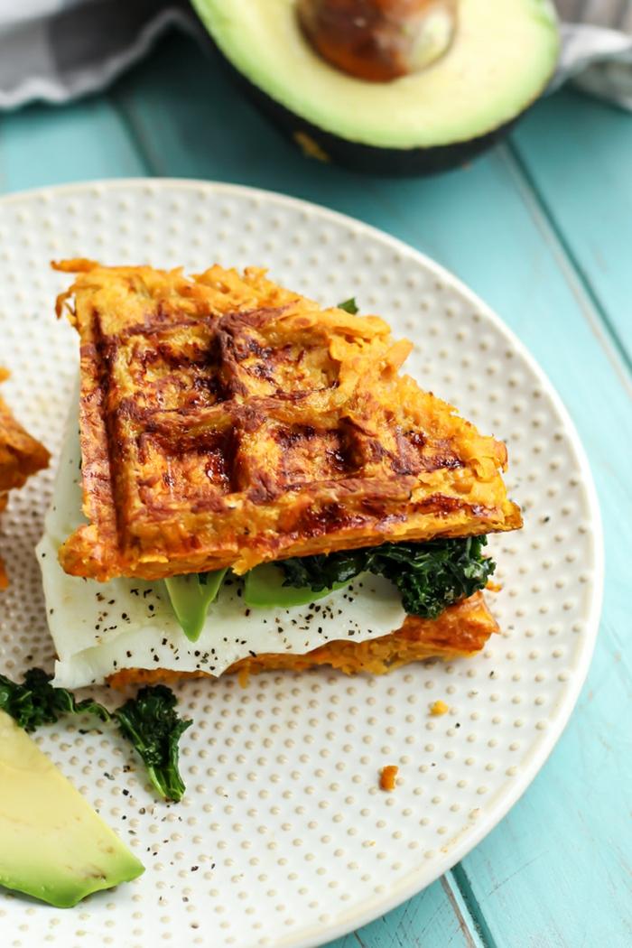 gofres sabrosos paso a paso, ideas de recetas fáciles y sanas para hacer en casa, bocadillo con huevo, col y aguacate