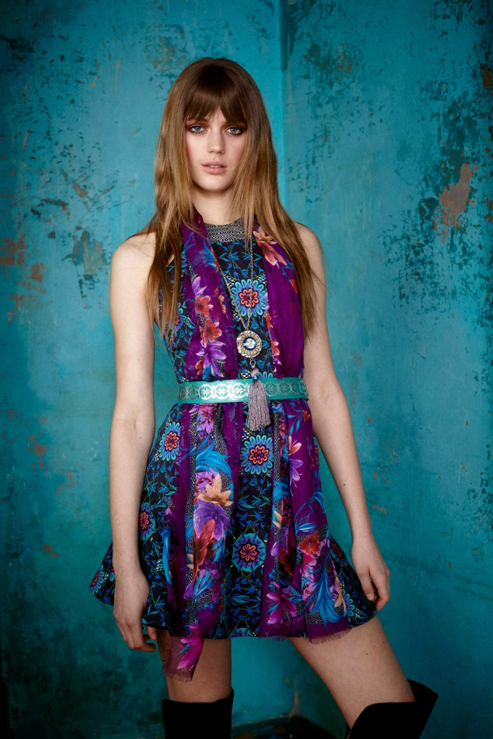 vestido corto colorido en morado y azul con motivos florales, vestidos hippies modernos últimas tendencias