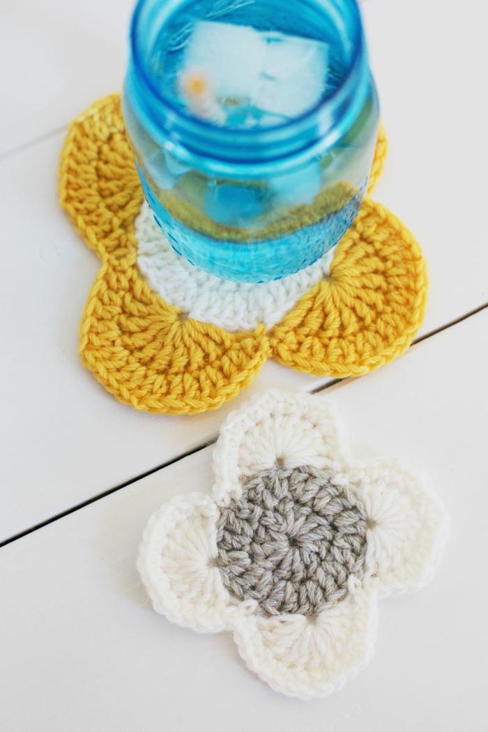 preciosa idea para decorar botes de cristal, decoración casera con bordado de crochet, manualidades faciles con frascos