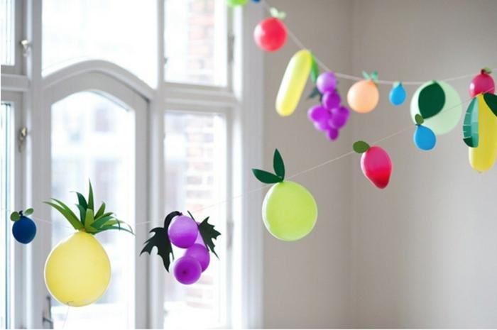 decoracion con globos de diferente tamaño y color, globos en forma de frutas, guirnalda DIY para decorar la casa