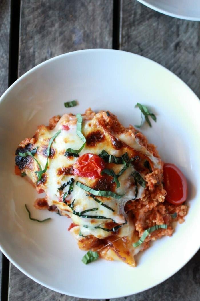 como comer quinoa ideas faciles y originales, cazuela de quinoa con salsa de tomates mozzarrela y albahaca