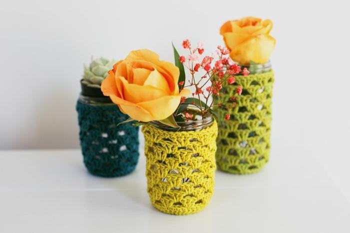 ideas DIY con frascos de vidrio, cómo decorar botes de cristal con bordado en crochet, jarrones decorativos hechos a mano