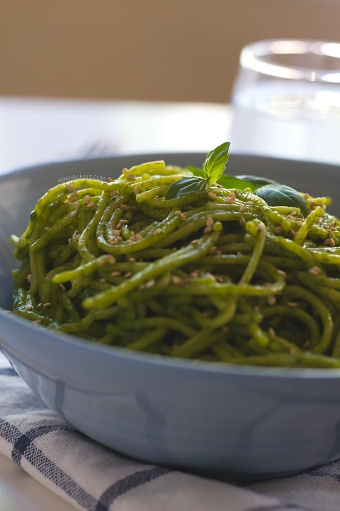 propuesta simple y sabrosa para veganos y vegetarianos, pasta verde con espinaca y sesamo, recetas fáciles y sanas paso a paso