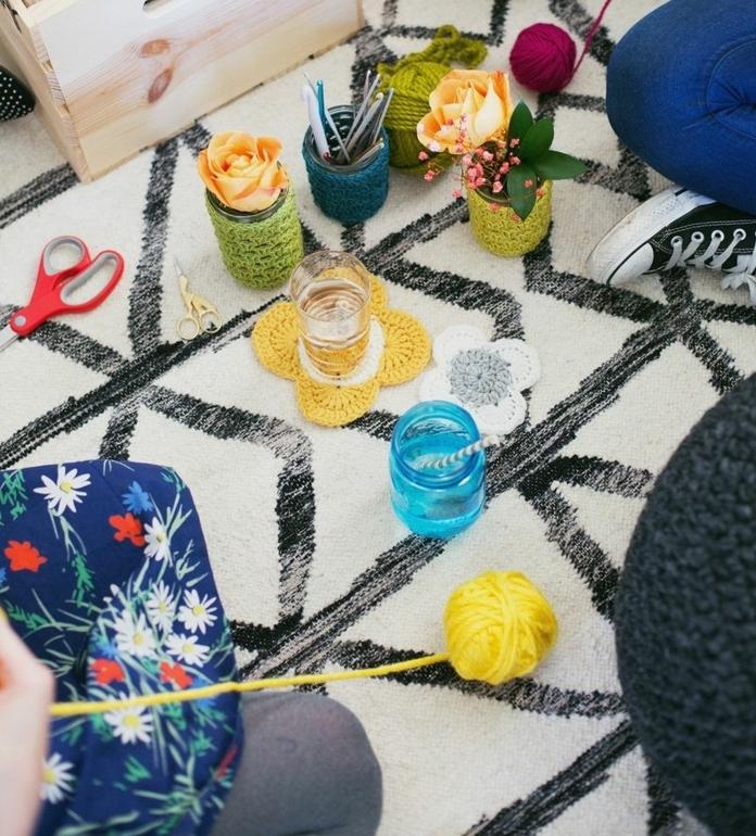 como decorar botes de cristal con hilo en diferentes colores, ideas originales y fáciles de hacer paso a paso