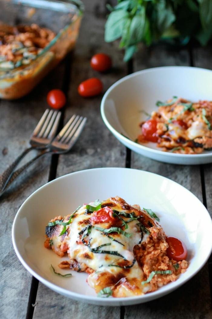 cazuelta de quinoa con mucha mozzarrela, salsa de tomate y albahaca, como comer quinoa ejemplos ricos y sanos