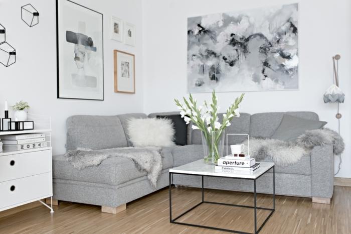 ideas decoracion salones pequeños en blanco y gris, pinturas y cuadros decorativos, paredes blancos y sofá en gris de diseño moderno