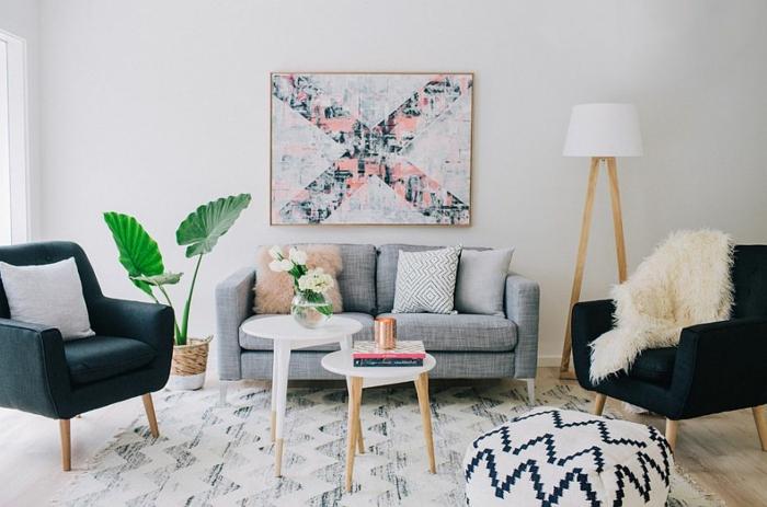 ejemplo de decoracion salones en colores pastel, sofá en gris pequeño con cojines decorativos, muebles en gris oscuro y blanco
