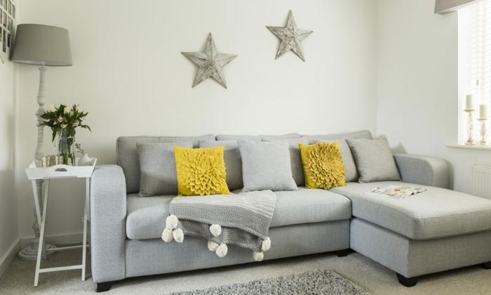 bonita combinación de colores, muebles en gris y paredes en blanco, decoracion salones con detalles en mostaza