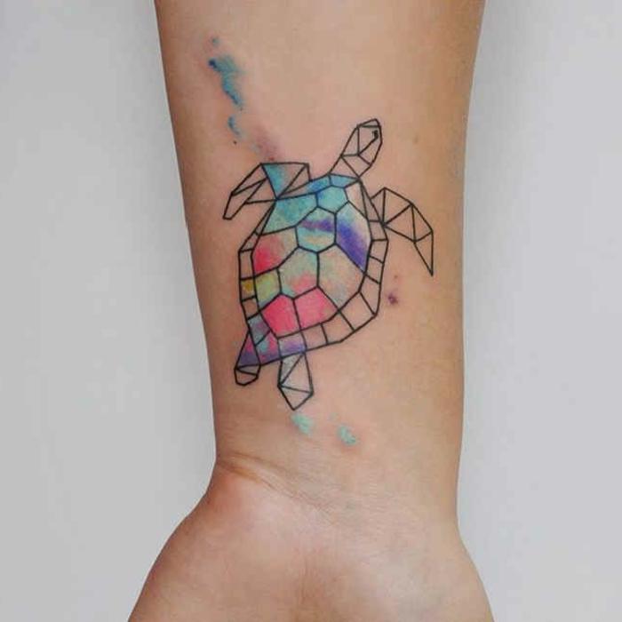 ideas de tatuajes para mujeres en el brazo, pequeña tortuga en el antebrazo con pinturas acuarelas