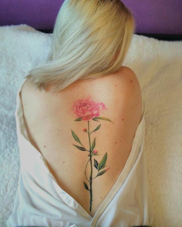 fantásticas ideas de tatuajes espalda mujer, dibujo grande de una flor en rosado en la espalda