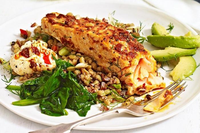 como hacer un plato con salmón adornado con quinoa aguacate y espinacas, quinoa con verduras recetas sanas