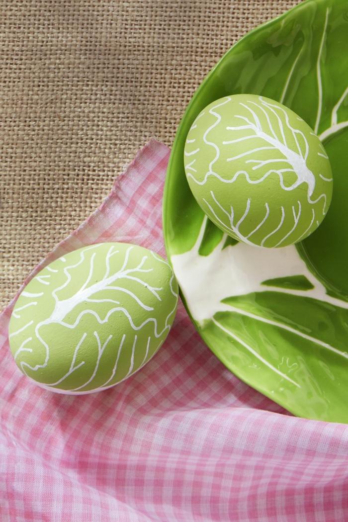 huevos pintados en color verde con bonitos dibujos, manualidades huevos de pascua fáciles de hacer
