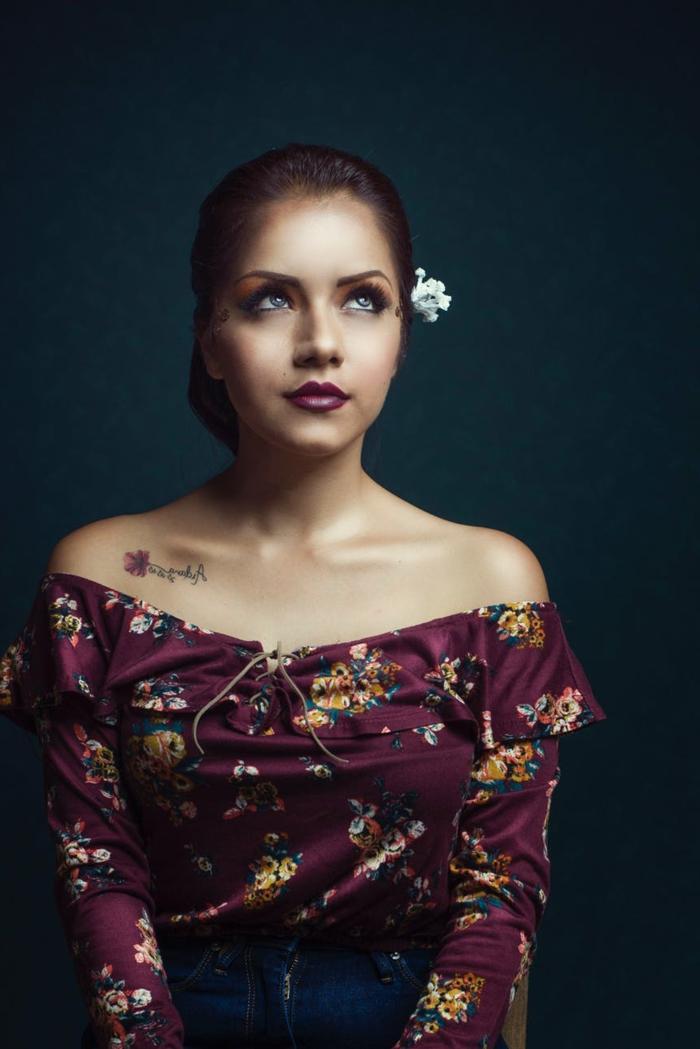como escoger un tatuaje especial, tatuaje delicado en el escote en forma de flor, ideas de tatuajes simbolicos
