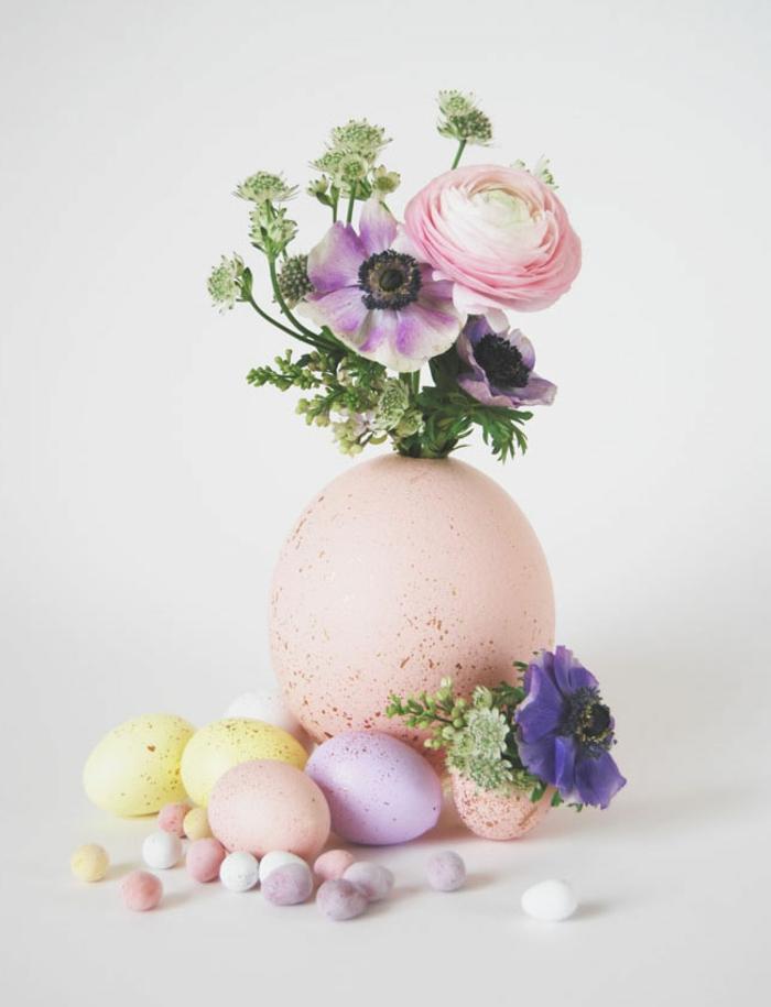 decoración DIY con flores y huevos, manualidades huevos de pascua faciles de hacer, huevos de diferente tamaño pintados en colores pasteles