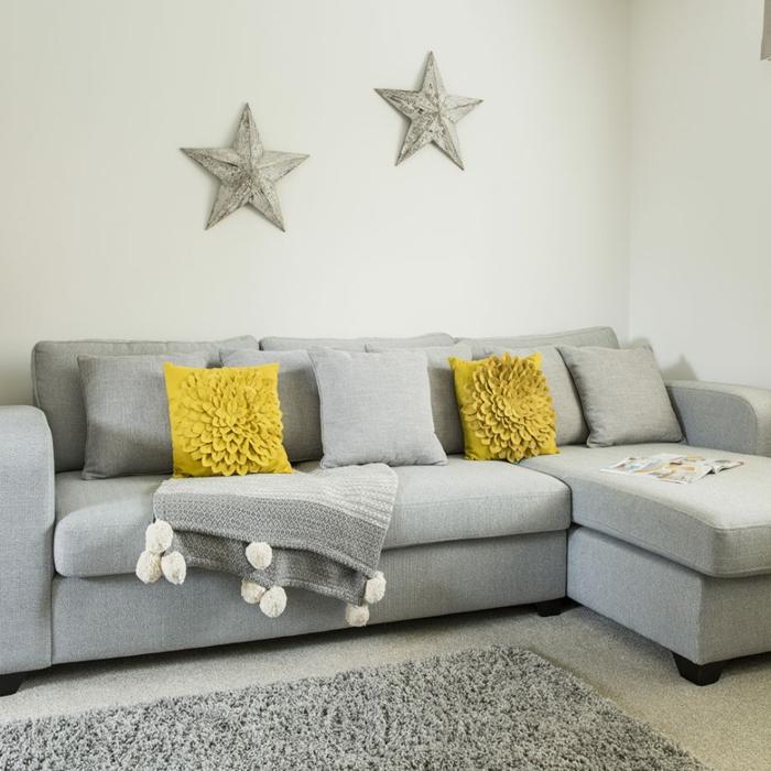 decoracion salones modernos, sofá y alfombra en gris, paredes en blanco con decoración original, cojines decorativos en mostaza