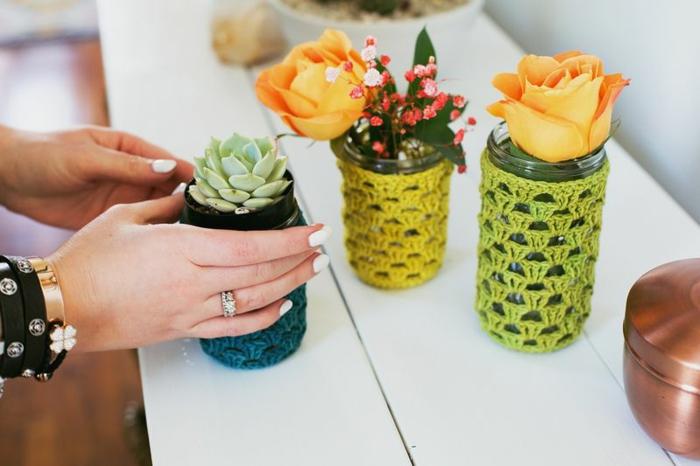 como decorar botes de cristal con bordado a crochet, preciosas ideas DIY, manualidades originales para decorar la casa