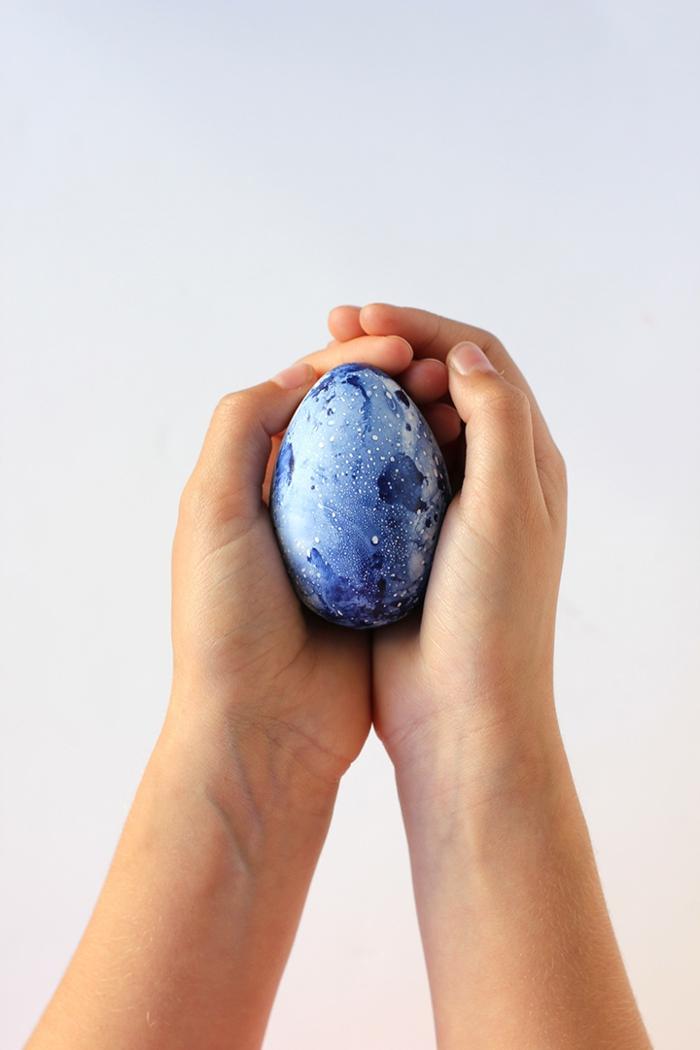 huevo coloreado con pintura acuarela, manualidades huevos de pascua fáciles de hacer con tutoriales completos