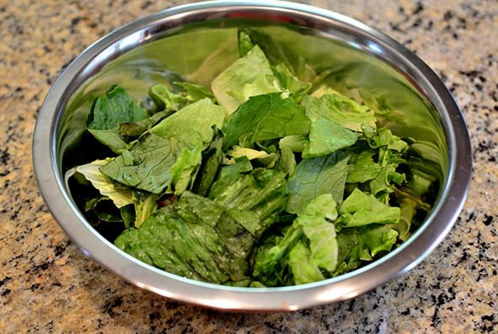 bol con lechuga cortada, ideas para hacer una ensalada fresca con pollo y maíz, recetas de cocina casera gratis paso a paso