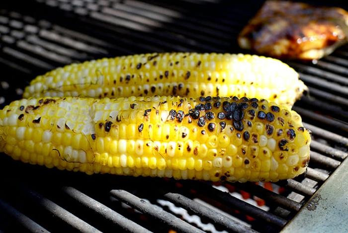 mazorca de maíz a la parrilla, recetas sanas con muchas verduras, pasos para hacer una ensalada con pollo y maíz