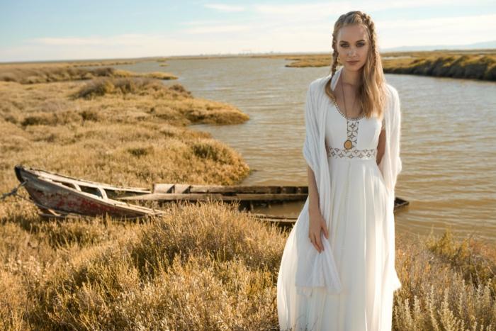 vestido ibicenco en blanco con detalles en dorado, ideas vestidos de novias sencillos, pelo semirecogido con trenzas