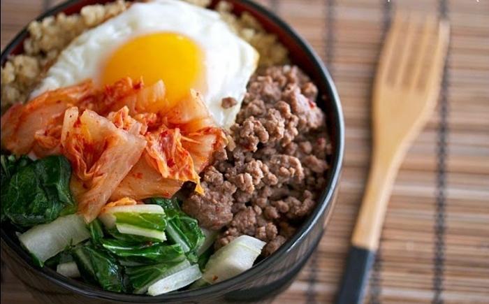 platos de quinoa con verduras paso a paso, cocido coreano con huevo frito, quinoa, col y carne picada