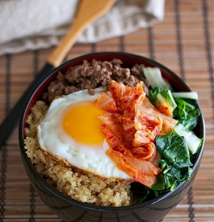 plato coreano apetitoso cocido con quinoa, ejemplos de quinoa con verduras, huevos fritos, espinacas y col