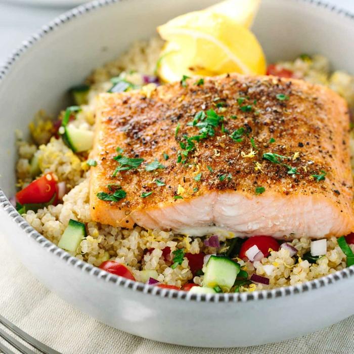 recetas con quinoa y pescado, salmón cocido con especies y quinoa con verduras paso a paso
